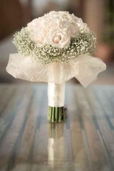 Φωτογραφία ανθοδέσμης γάμου επάνω σε ένα τραπέζι