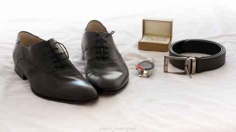 Φωτογραφία των αξεσουάρ του γαμπρού, παπούτσια, ζώνη, ρολόι και δακτυλίδια