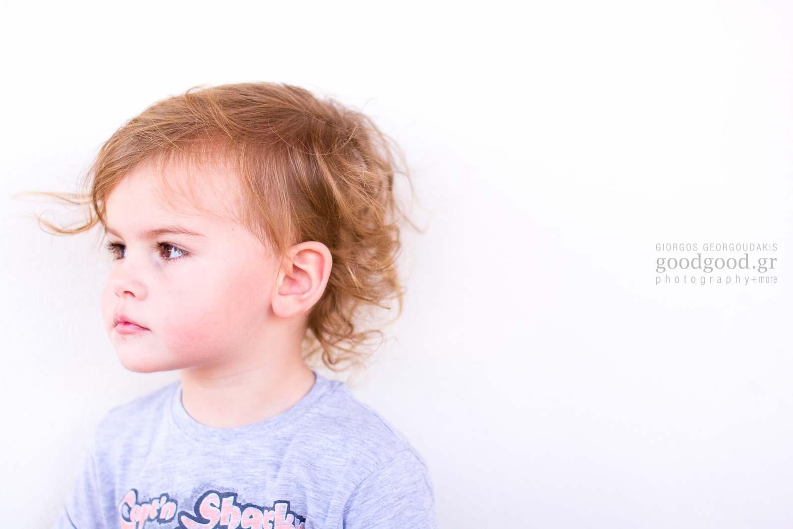 Ποτραίτο ενός αγοριού τριών ετών να κοιτάει μακριά απο τον φακό της φωτογραφικής