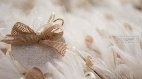 Μπομπονιέρες με κουφέτα φωτογραφημένες μέσα σε καλάθι