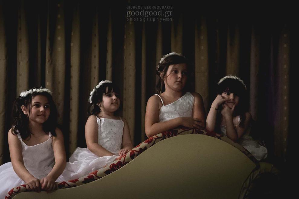 Φωτογραφία τεσσάρων μικρών παράνυφων κοριτσιών να στηρίζονται ανάποδα σε ένα ανάκλιντρο
