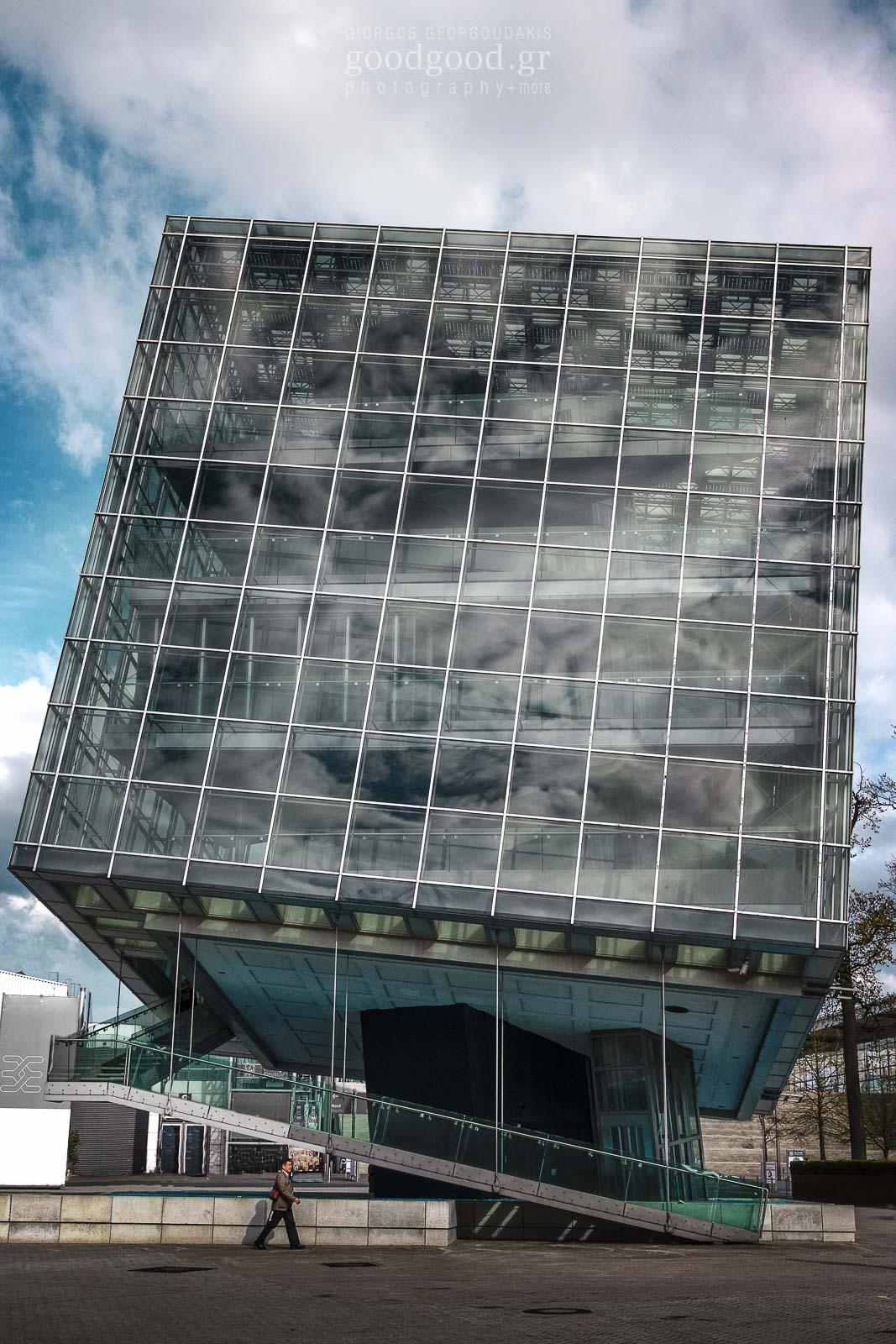Φωτογραφία του γυάλινου κτιρίου T Cube (κεκλιμένος κύβος) στον εκθεσιακό χώρο του Ανόβερου