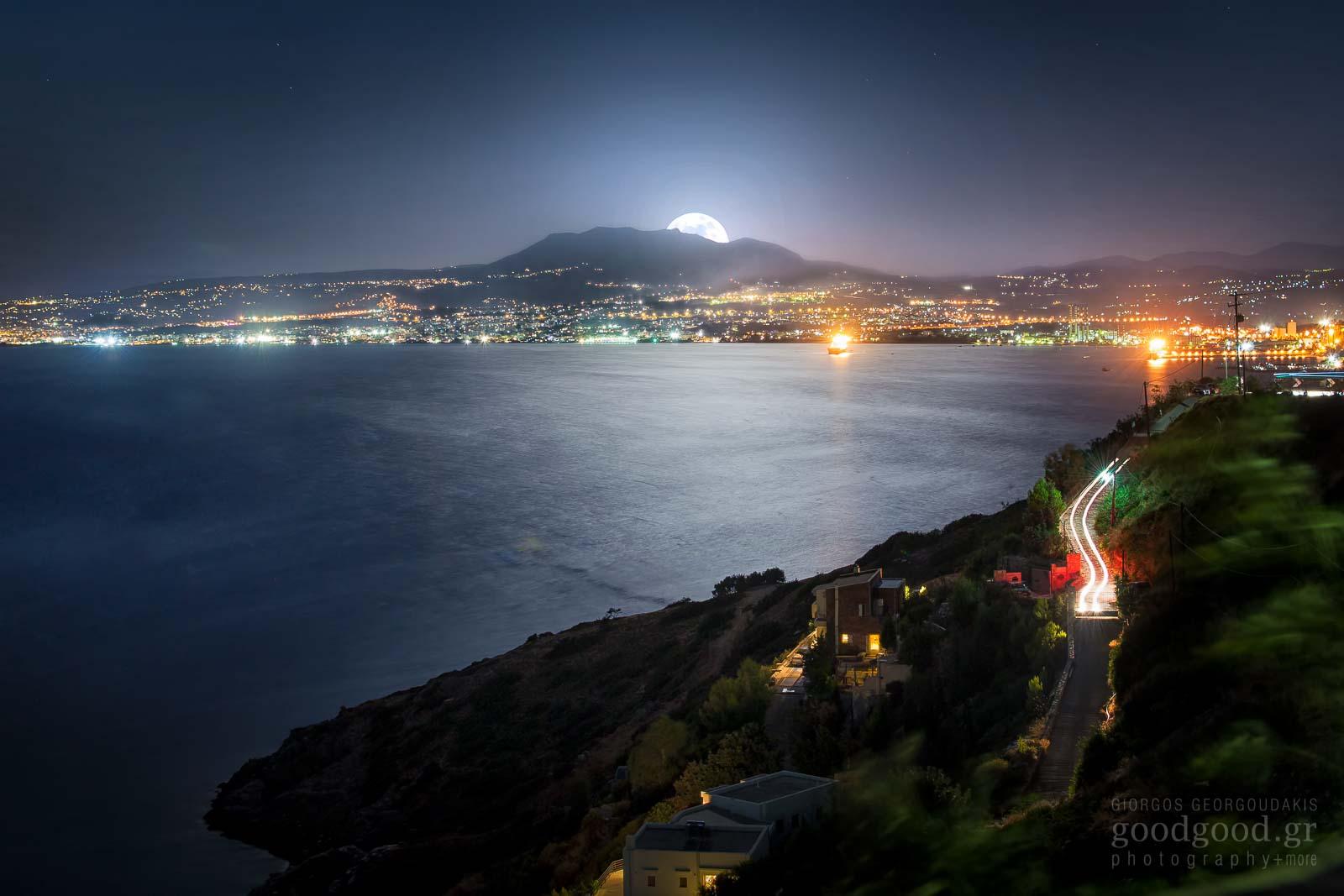 Φωτογραφία του φεγγαριού να ανατέλει επάνω απο την θάλασσα στο Ηράκλειο Κρήτης