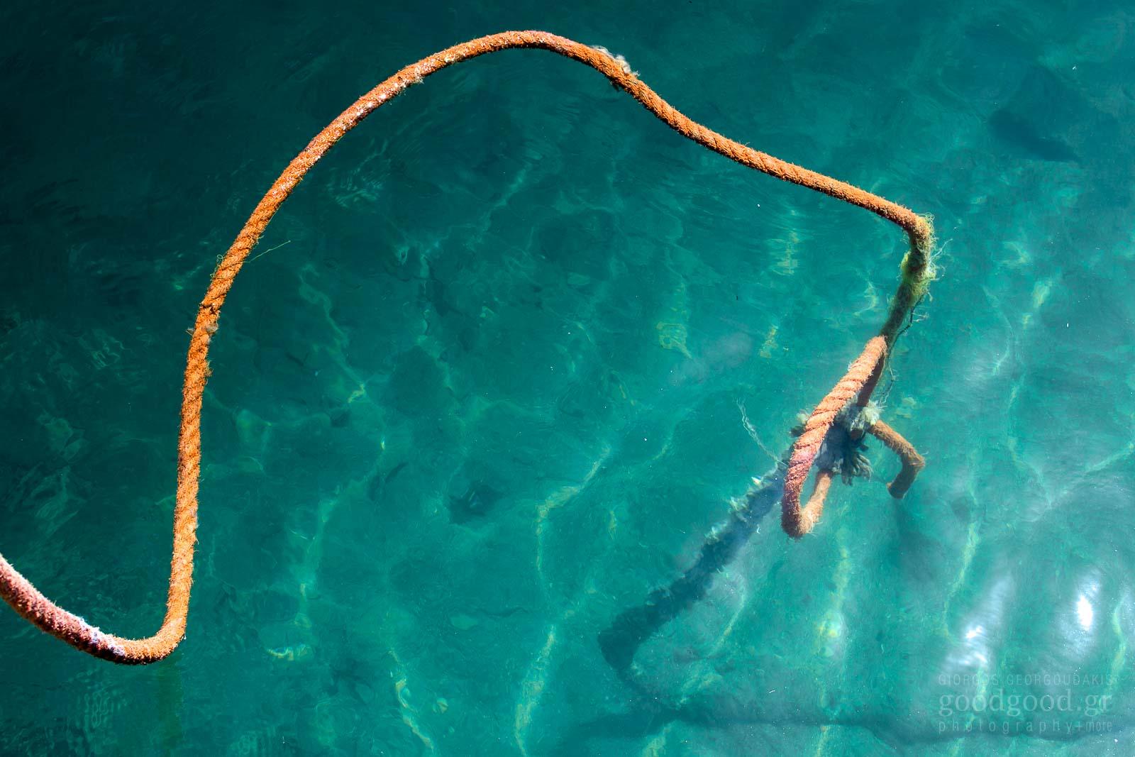 Φωτογραφία σχοινιού να βυθίζεται στα καταγάλανα νερά