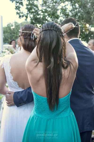 Φωτογραφία της κουμπάρας να αλλάζει τα στέφανα του γάμου