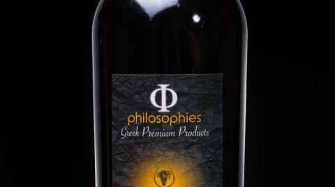 Φιάλη κρασιού Syrah-Κοτσιφάλι, φωτογραφημένη σε σκούρο φόντο