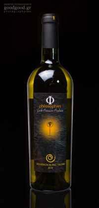 Φιάλη κρασιού Sauvignon Blanc - Vilana, φωτογραφημένη σε σκούρο φόντο