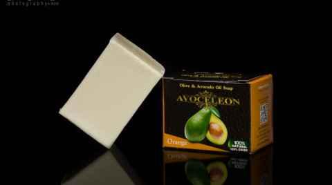Φωτογραφία προϊόντος μπάρας σαπουνιού φτιαγμένης απο λάδι αβοκάντο και ελιάς σε σκοτεινό φόντο