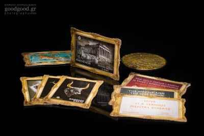 Μαγνιτάκια ψυγείου με αρχαιοελληνικές ρήσεις, φωτογραφία προϊόντων σε σκούρο φόντο