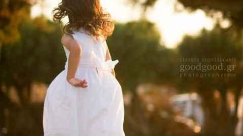Φωτογραφία ενός κοριτσιού να τρέχει στο γρασίδι κατά το ηλιοβασίλεμα