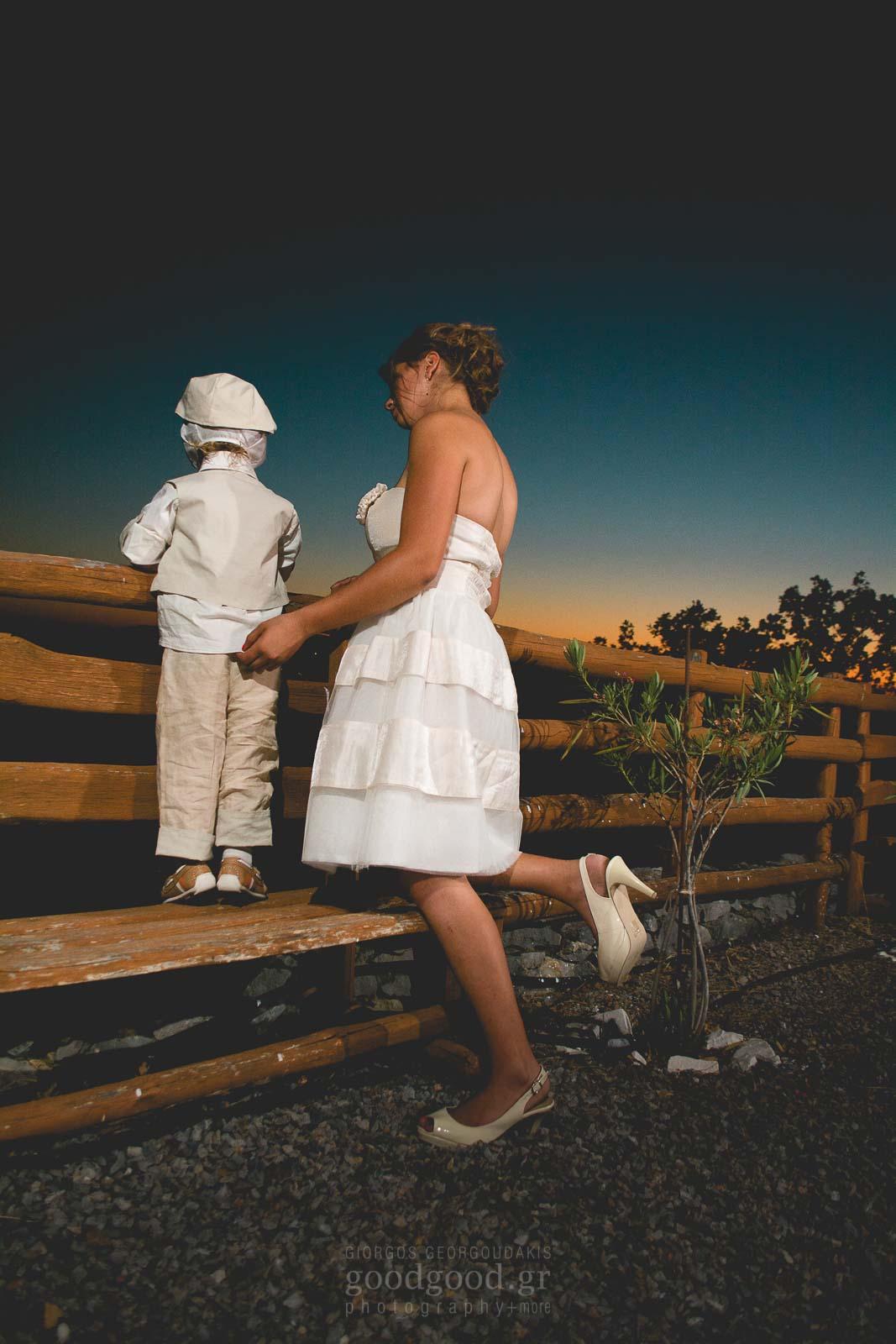 Μητέρα και παιδί σε ένα παγκάκι κρατάνε την κουπαστή και κοιτάνε μακριά