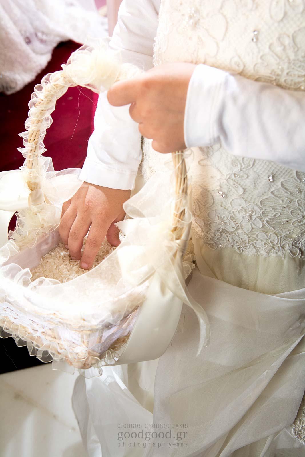 Παρανυφάκι βάζει το χέρι του μέσα στο καλάθι με το ρύζι