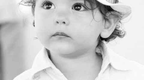 Πορτραίτο ενός αγοριού με λευκό καπέλο