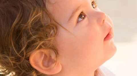 Μάνα φτιάχνει τα μαλιά του παιδιού ενώ αυτό κοιτάει ψηλά