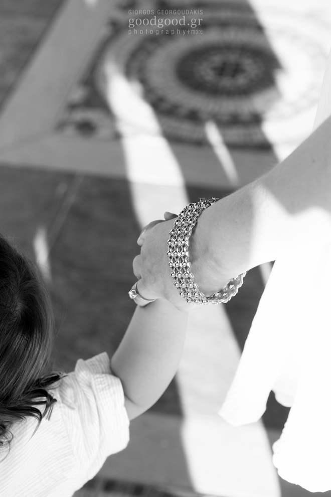 Κοντινή φωτογραφία μητέρας και παιδιού να κρατάνε χέρια