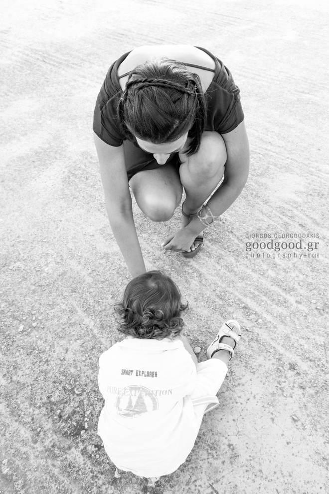 Νονά παίζει με το βαφτιστήρι της στο πάτωμα