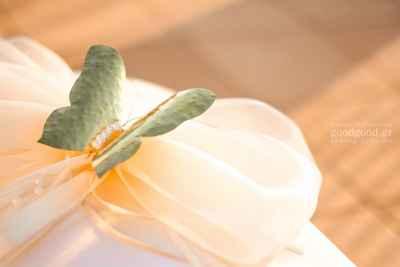Λεπτομέρεια διακοσμητικής μεταλλικής πεταλούδας επάνω στο κουτί των αξεσουάρ βάπτισης
