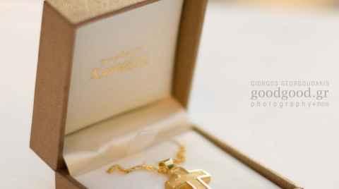 Χρυσός σταυρός βάπτισης μέσα στο κουτί του