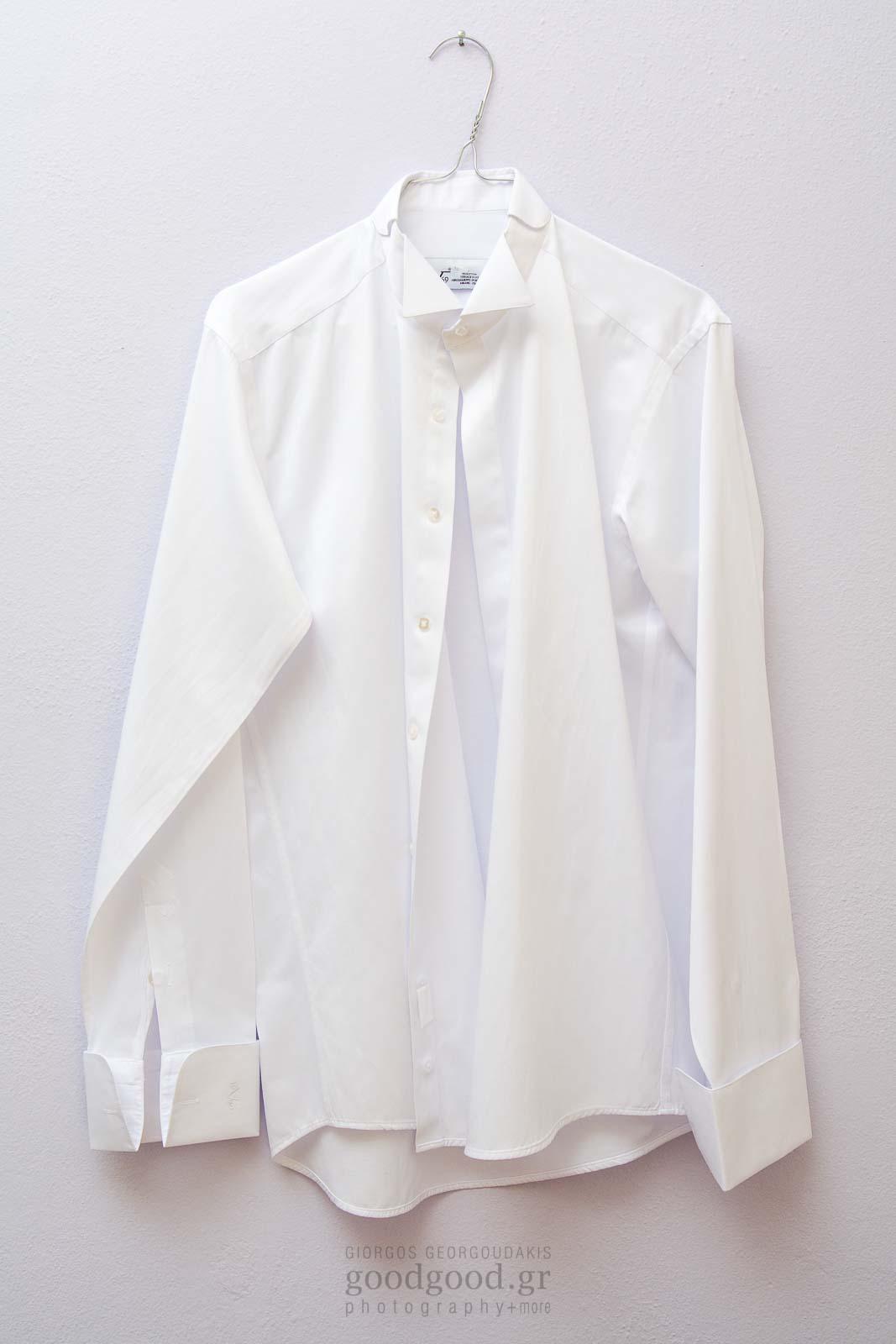 Το πουκάμισο του γαμπρού κρεμασμένο σε λευκό τοίχο