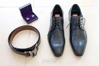 Τα παπούτσια, η ζώνη και τα μανικετόκουμπα του γαμπρού