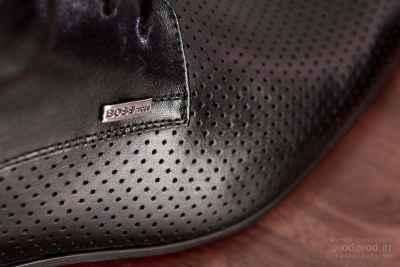 Κοντινή λεπτομέρεια της πινακίδας BOSS στα γαμπριάτικα παπούτσια