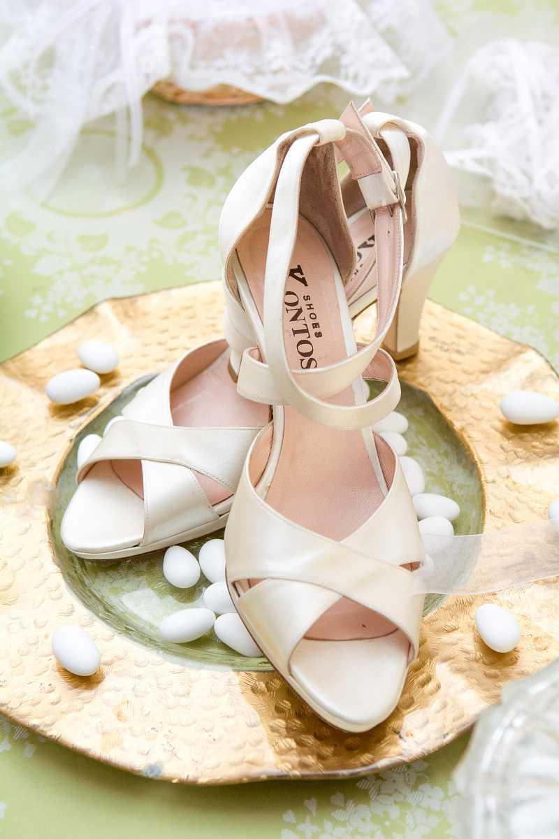 Νυφικά παπούτσια επάνω σε ένα χρυσό πιάτο διακοσμημένα με κουφέτα - Γάμος στην Κρήτη, Ηράκλειο Μεσαρά