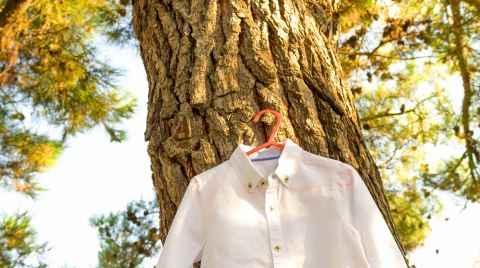 Πουκαμισάκι βάπτισης κρεμασμένο σε κορμό δέντρου