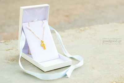 Ο χρυσός σταυρός της βάπτισης μέσα στο κουτί του