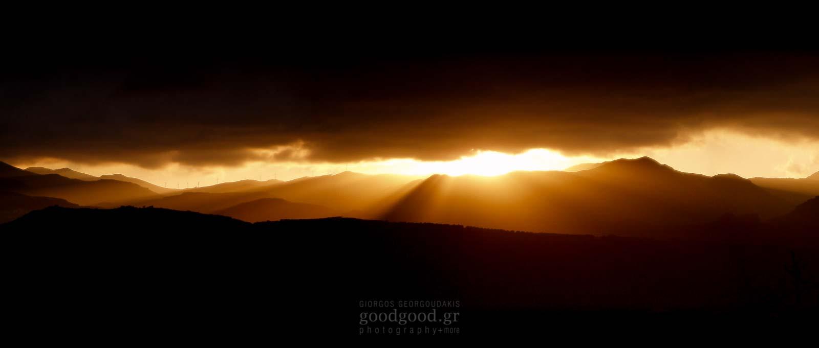Ηλιοβασίλεμα ανάμεσα απο τις βουνοκορφές