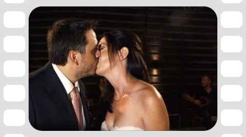 Γαμπρός και νύφη φιλιούνται στην πίστα