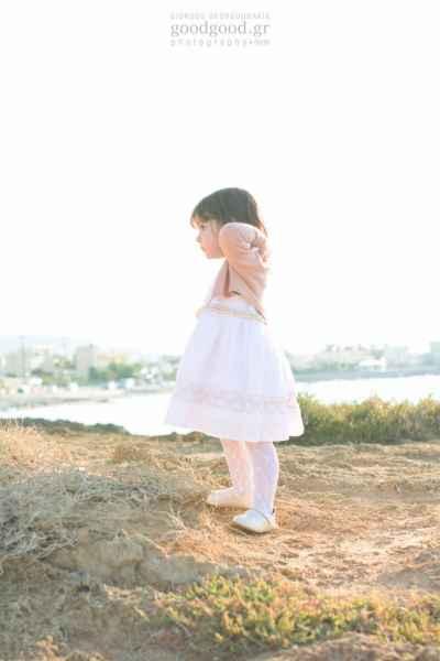 Ένα κοριτσάκι στέκεται μόνο του στο ηλιοβασίλεμα δίπλα στην θάλασσα