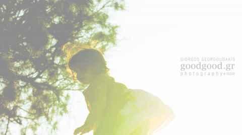 ένα κοριτσάκι πετάγεται στο αέρα από τον μπαμπά της στο ηλιοβασίλεμα