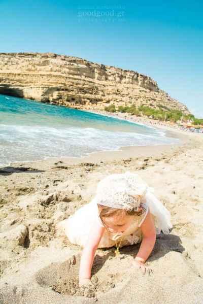 Ένα βαπτιζμένο κοριτσάκι ψάχνει μέσα στην άμμο στην Παραλία των Ματάλων Μάταλα στο Ηράκλειο Κρήτης