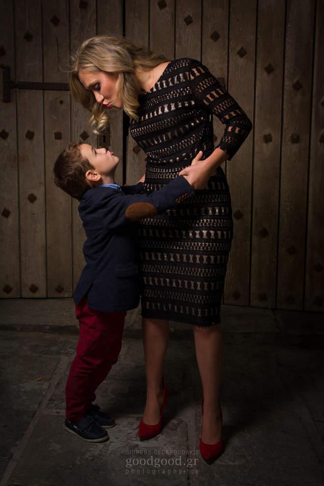 Μάνα και γιος αγκαλιά