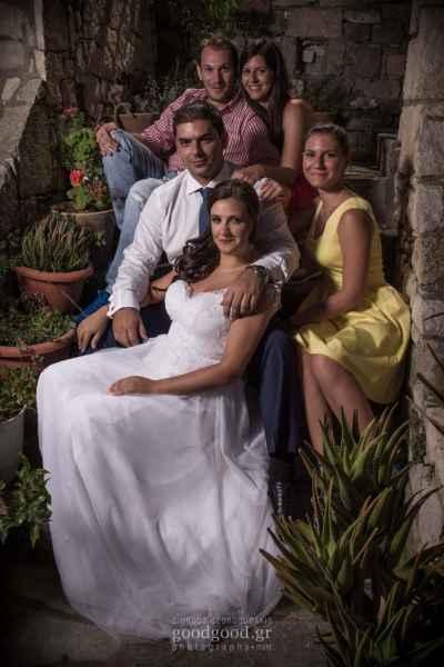 Νιόπαντρο ζευγάρι κάθεται στις σκάλες με φίλους