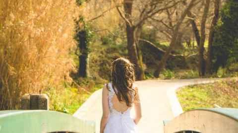 Φωτογράφιση επόμενης μέρας next-day, μία νύφη περπατάει επάνω σε μία ξύλινη γέφυρα, Χανιά, Κρήτη